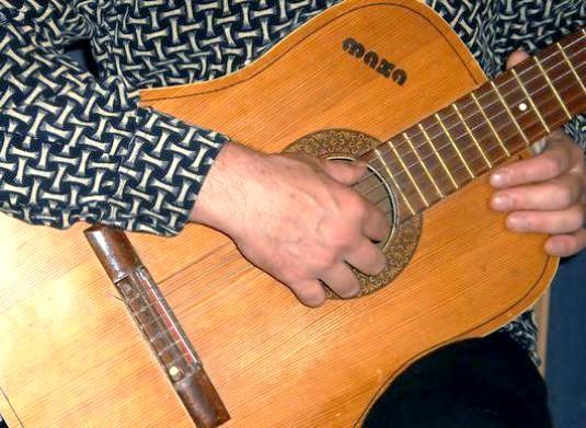 Фото - Як грати на гітарі боєм?
