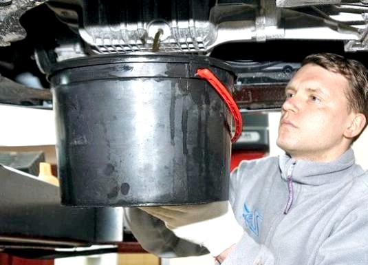 Фото - Як злити масло з двигуна і коробки автомобіля?