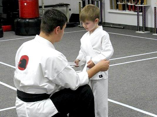 Фото - Як зав'язувати пояс в карате?