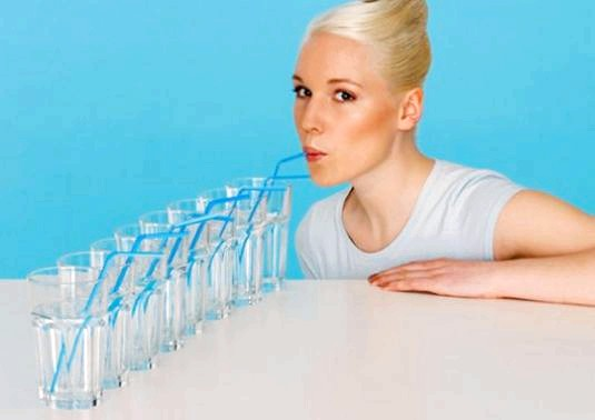 Фото - Чи можна пити багато води?