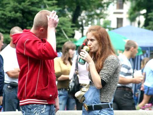 Фото - Чи можна пити на вулиці?